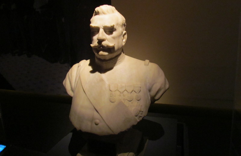 Remise du buste de Joffre à la Mairie de Barcelone.